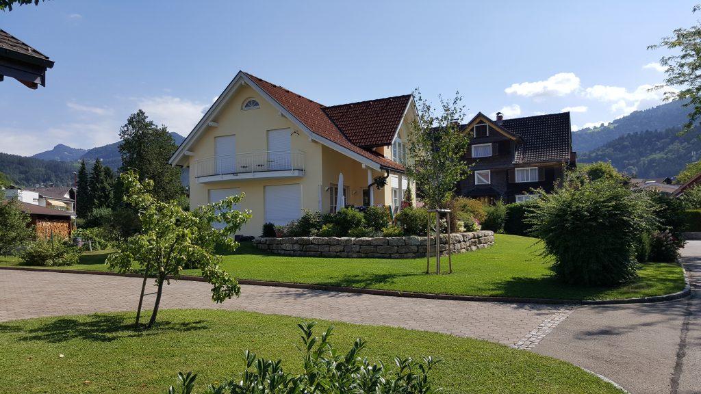 Fertigteilhaus mit Garten und Giebel